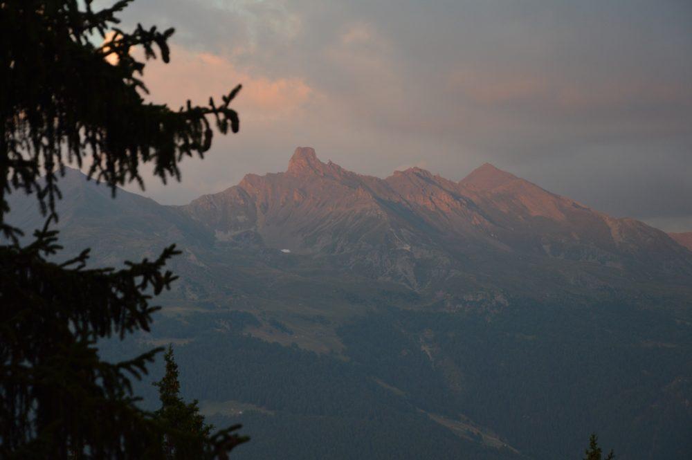 Souvenir de Suisse : montagne et soleil couchant